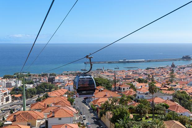 Panoramę Funchal można podziwiać z okien kolejki linowej