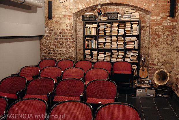 Kameralna sala kinowa w kawiarni W Starym Kadrze