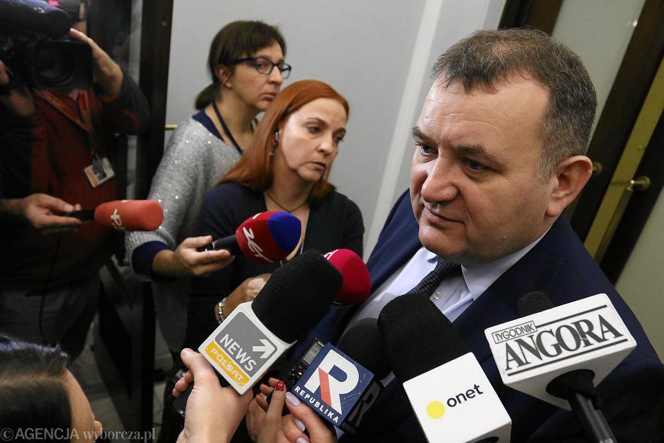 23.11.2018, Sejm, poseł PO Stanisław Gawłowski w rozmowie z dziennikarzami po zrzeczeniu się immunitetu.