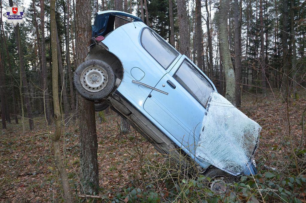 86-latka na łuku wjechała do lasu. Auto zawisło na drzewie. Kobieta wyszła bez szwanku