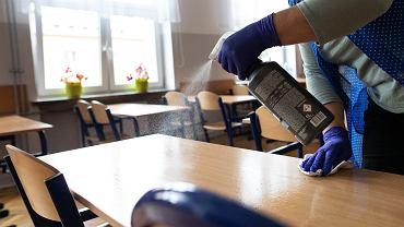 Dezynfekcja w szkole (zdjęcie ilustracyjne).