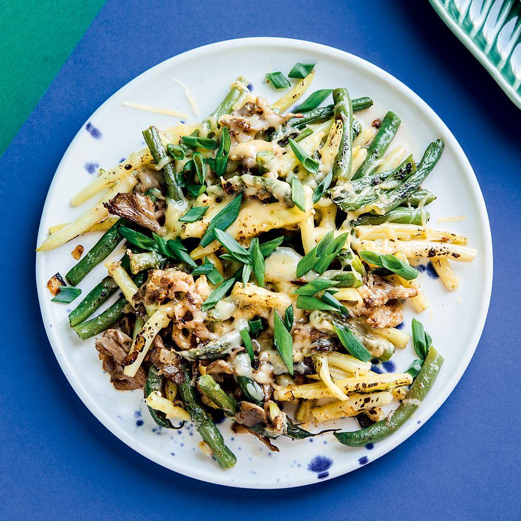 Fasolka szparagowa zapiekana z boczkiem, grzybami i serem