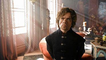 Tyrion Lannister. (Peter Dinklage) błyskotliwy karzeł o niewyparzonej gębie, czarna owca rodu Lannisterów. Wuj Joffreya, sceptyczny wobec wyczynów młodego króla