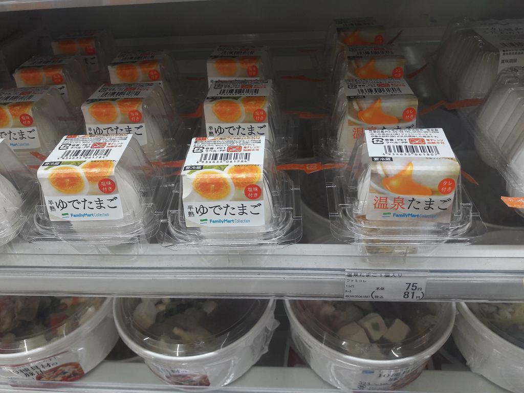 Japonia. W sklepie spożywczym kupić można np. jedno jajko ugotowane na twardo zapakowane w plastikowe pudełko