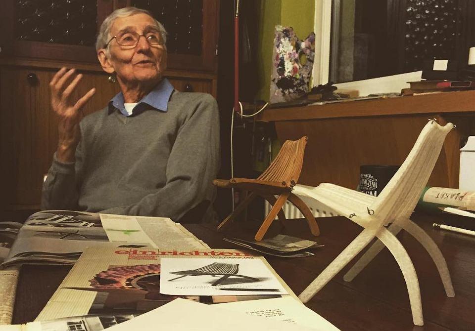Romuald Ferens, który przedstawia prototypy krzesła Lotos.