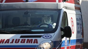 Podkarpacie. Pacjent wezwał karetkę i zaatakował ratowników pogrzebaczem kuchennym.