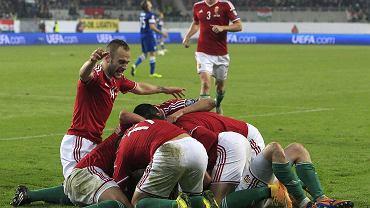 Gergo Lovrencsics (Lech Poznań) świętuje z kolegami zdobycie bramki w meczu z Finlandią