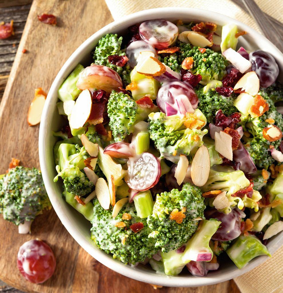 Sałatka z brokułami, winogronami i migdałami