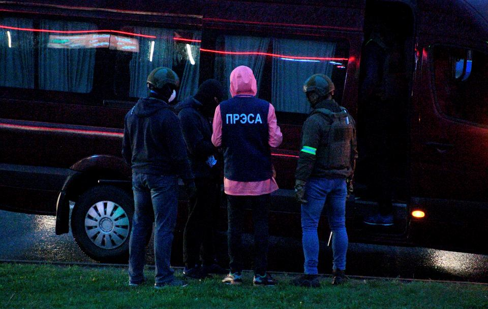 11.10.2020 Białoruś, Mińsk. Milicja zatrzymuje dziennikarza