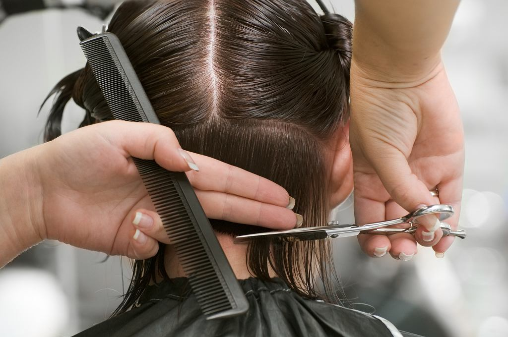 Fryzury po 60 roku życia - zdjęcia. Hitowe cięcia, które odmładzają (zdjęcie ilustracyjne)