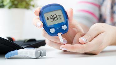 Glukometr to urządzenie, dzięki któremu osoba chora na cukrzycę może szybko i skutecznie sprawdzić poziom cukru we krwi
