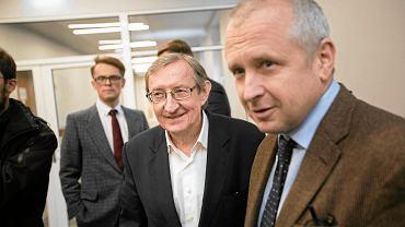 20 grudnia 2016 r. Józef Pinior (w środku) w poznańskim sądzie przed decyzją w sprawie wniosku o tymczasowe aresztowanie