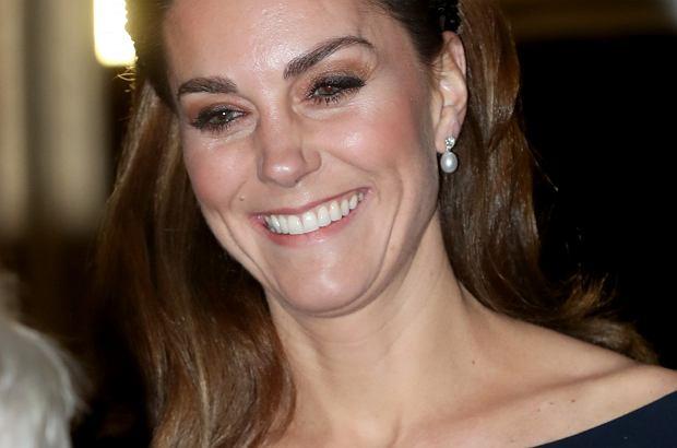 """Księżna Kate po raz kolejny udowodniła, że ubieranie się po """"królewsku"""" wcale nie musi być """"drogą imprezą""""."""