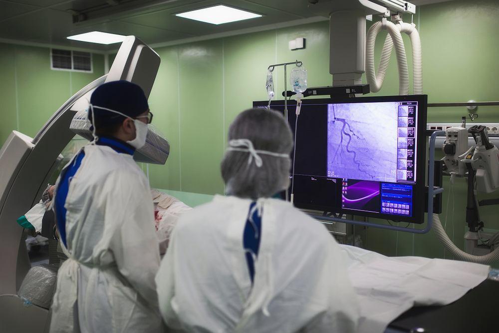 Koronarografia - wskazaniem do przeprowadzenia takiego badania jest podejrzenie zwężenia tętnic wieńcowych