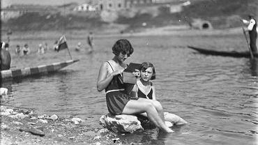 Plaża nad Wisłą, Kraków. Wrzesień 1929 roku. [Zdjęcie w zasobach NAC http://www.audiovis.nac.gov.pl/obraz/97793/3d1080a23ff6303fbab08e138a6c4b88/]