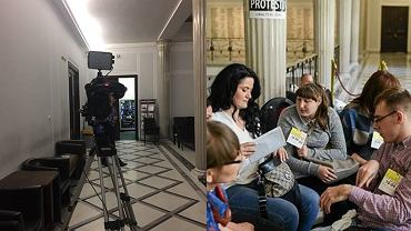 Kamera i rodzice protestujący w Sejmie