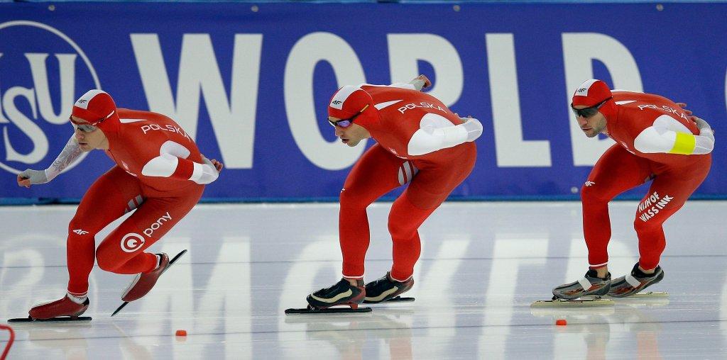 Zbigniew Bródka, Jan Szymański i Konrad Niedźwiedzki podczas zawodów Pucharu Świata w Berlinie