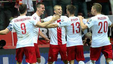 Radość polskich piłkarzy po golu Arkadiusza Milika w wygranym 2:0 meczu z Niemcami w Warszawie 11 października 2014 r.