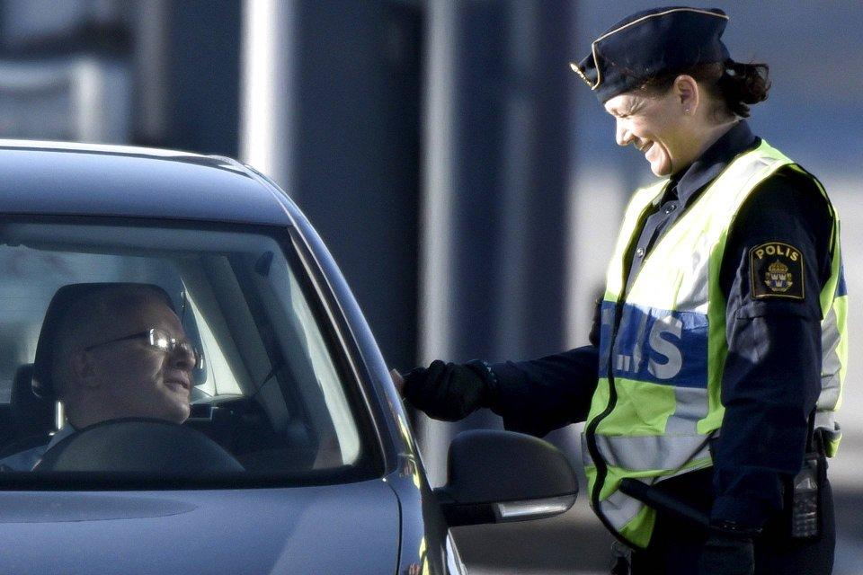 Policjantka podczas kontroli dokumentów na przejściu granicznym między Danią i Szwecją