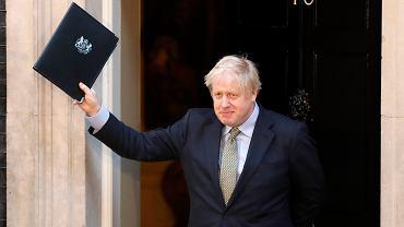 Boris Johnson pozdrawia przedstawicieli mediów po wystąpieniu