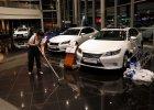 Histeria w Rosji. Dilerzy zawieszają sprzedaż aut, Apple zamyka sklep online