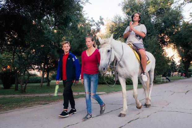 Krzysiek na koniu! 'Będąc w Naddniestrzu, nie mogliśmy oprzeć się lokalnym rozrywkom'.