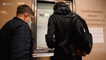 Moment przekazania przez przedstawicieli Gazeta.pl karty pamięci o uchodźcach do MSWiA