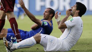 Gryzoń Luis Suarez (na pierwszym planie) i pokąsany Giorgio Chiellini, mecz Włochy - Urugwaj