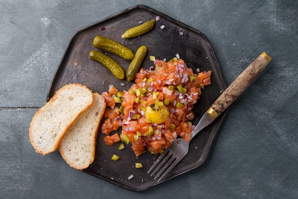 Tatar z łososia to danie, które coraz śmielej wkracza na nasze stoły.