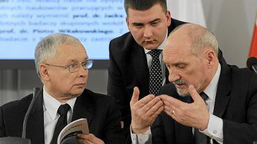 Prezes PiS Jarosław Kaczyński i przewodniczący Antoni Macierewicz (w tle asystent Macierewicza Bartłomiej Misiewicz) podczas uroczystego posiedzenia zespołu parlamentarnego do zbadania przyczyn katastrofy samolotu TU - 154 M pod Smoleńskiem. Warszawa, 10 kwietnia 2013
