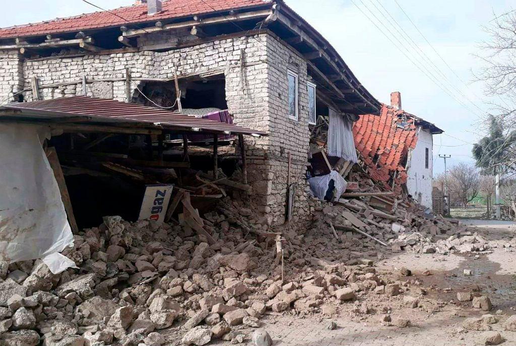 Zniszczony dom w mieście Acipayam w Turcji, gdzie dziś rano doszło do trzęsienia ziemi