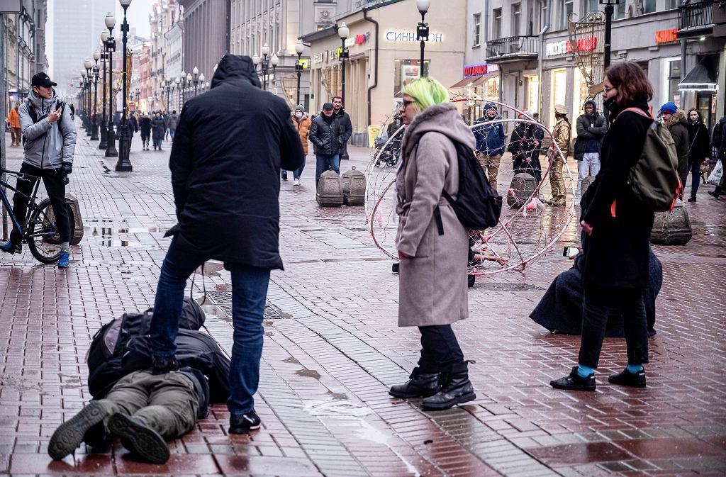 Ubrany po cywilnemu policjant przytrzymuje dziennikarza, który filmował działacza opozycji Pawła Krysevicha podczas jego akcji przeciwko uwięzieniu przywódcy rosyjskiej opozycji Aleksieja Nawalnego. Moskwa, 24.01.2021.