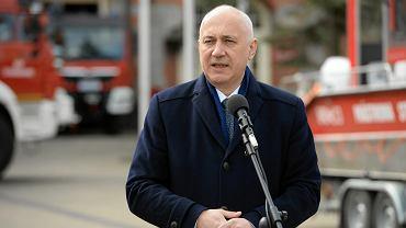 Joachim Brudziński przed siedzibą Komendy Wojewódzkiej Państwowej Straży Pożarnej w Szczecinie