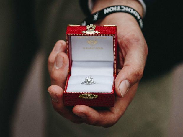 Na jakim palcu nosi się pierścionek zaręczynowy