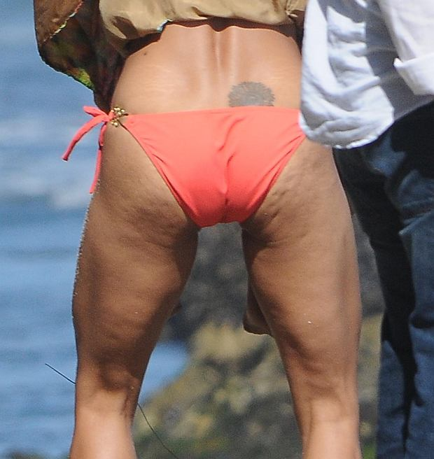 ?2011 RAMEY PHOTO 310-828-3445 HALLE BERRY SPENDS HER BIRTHDAY WITH FRIENDS AND FAMILY ON THE BEACH IN MALIBU. 081411 GV