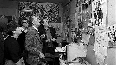 Prof. Leszek Kołakowski w towarzystwie Heleny Łuczywo, Wojciecha Kamińskiego i Adama Michnika w dziale foto, w redakcji 'Gazety Wyborczej'