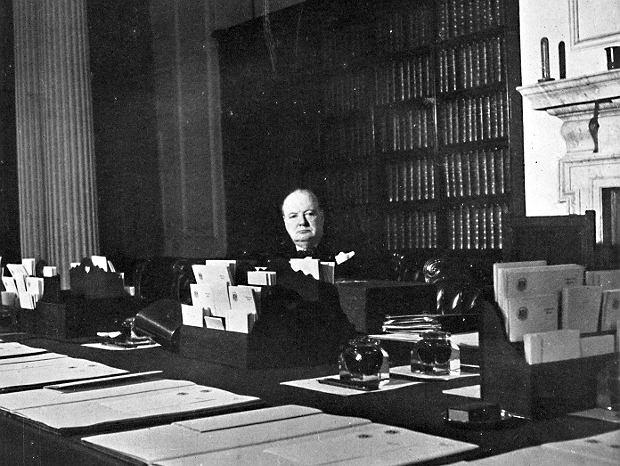 Winston Churchill w swoim gabinecie na Downing Street, lata 40. XX wieku.