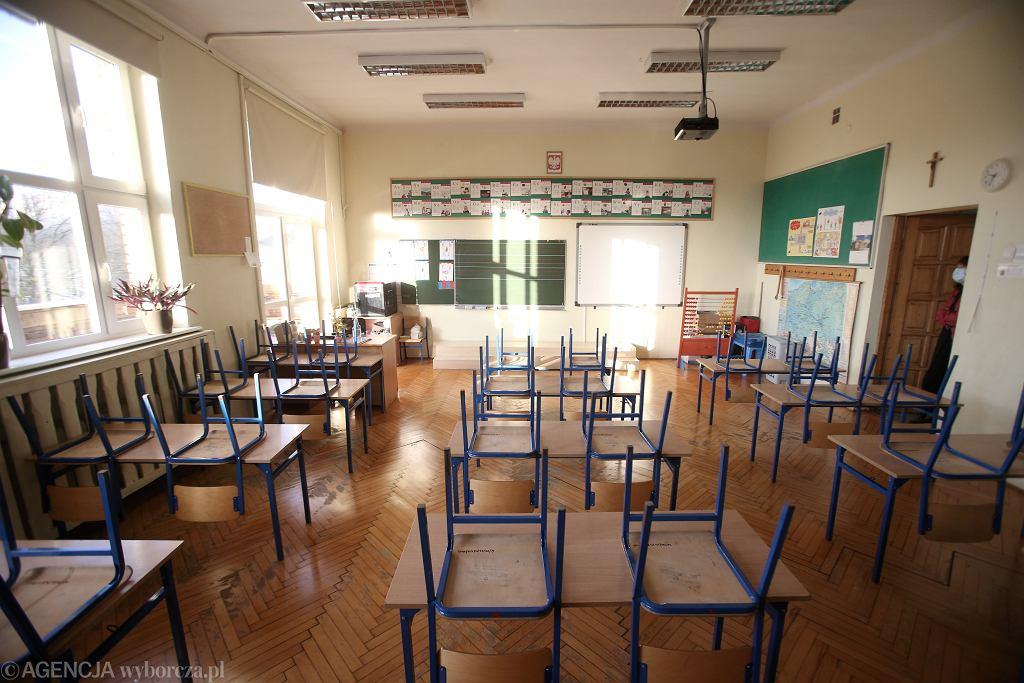 Katechetka zamknęła ucznia w klasie. Dziecko wyskoczyło z okna