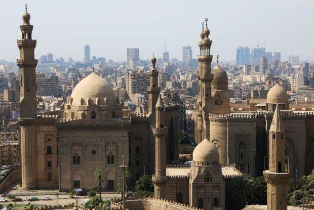 Egipt: Kair. Kair to nie tylko piramidy w Gizie, to także miasto minaretów i tętniących życiem arabskich suków, od lat czerpiące również z wzorców europejskich. Turystów przyciąga także górujący nad miastem kompleks Cytadeli Kairskiej, obejmujący średniowieczne fortyfikacje arabskie, założenia pałacowe wraz z ogrodami oraz świątynie islamskie z ogromnym meczetem Muhammada Alego na czele. Niemniej atrakcyjnie prezentują się również zabytki usytuowane w obrębie dawnych murów obronnych stolicy Fatymidów, gdzie pośród wąskiej plątaniny starych uliczek tętnią życiem arabskie bazary i nie trudno usłyszeć głos muezina nawołujący do modlitwy.