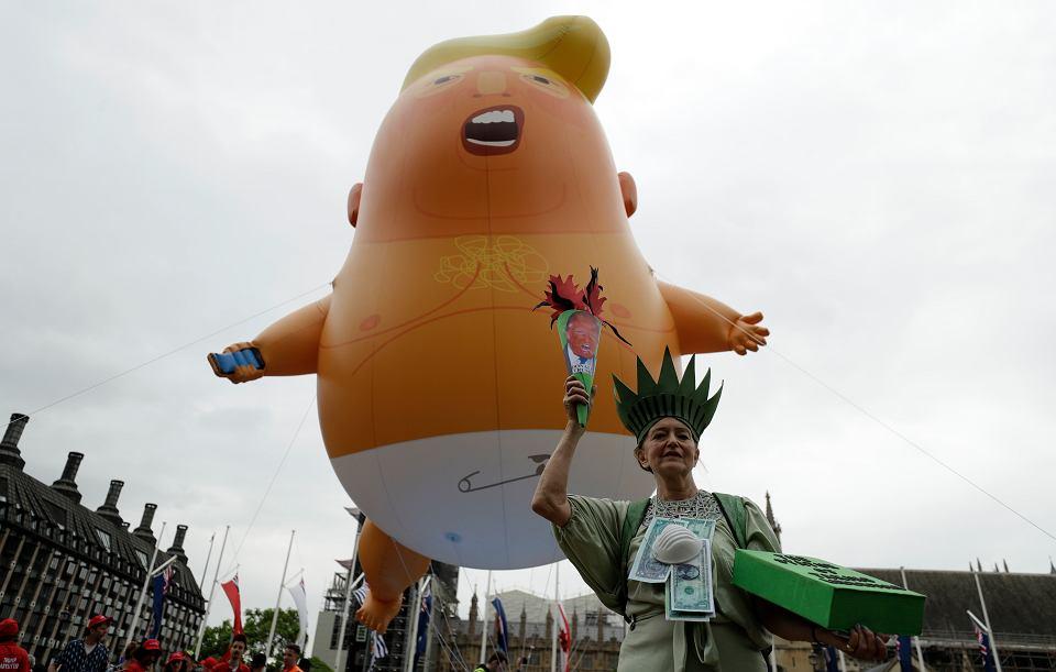 Nad protestującymi przeciwko wizycie Donalda Trumpa, tak jak rok temu fruwał balon przedstawiający prezydenta USA jako wielkiego bobasa