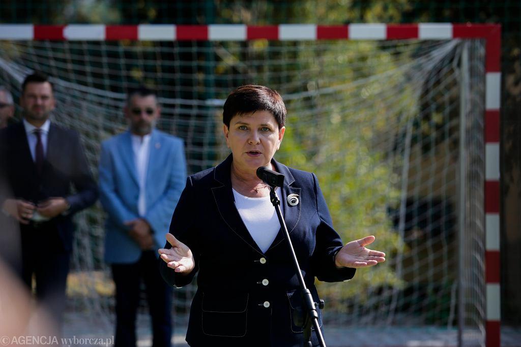 Beata Szydło na uroczystości rozpoczęcia roku szkolnego w Pcimiu. Jej przemówienie zakłócali demonstranci z Komitetu Obrony Demokracji
