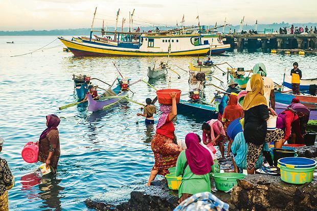 Poranne poruszenie na targu rybnym wTanjung Luar we wschodniej części Lomboku.