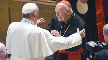 Rok 2015, Franciszek wita kardynała McCarricka. Jeden z?najważniejszych amerykańskich hierarchów został niedawno zawieszony za molestowanie nieletnich