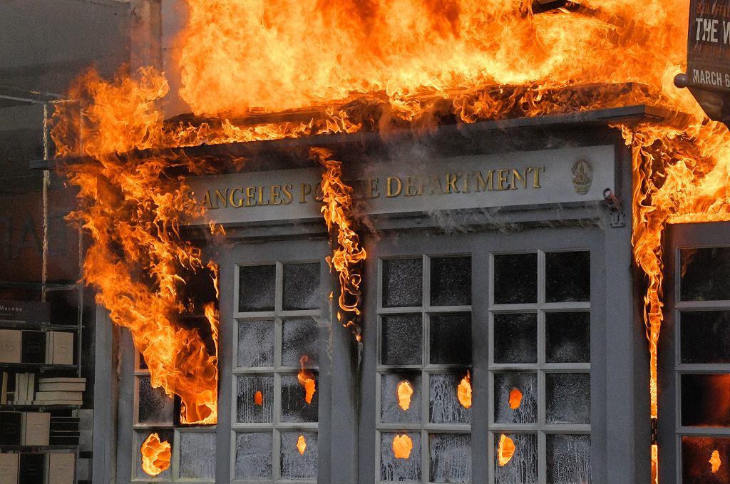 Protesty po po brutalnej interwencji białego policjanta w Minneapolis, podczas której zginął czarnoskóry George Floyd. Na zdjęciu: podpalony posterunek policji w Los Angeles, 30 maja 2020