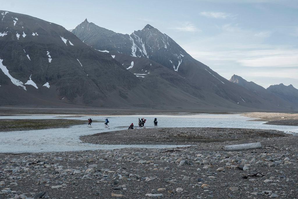 Sierpień 2018, Ziemia Księcia Karola, Arktyka. W punktach pomiarowych naukowcy liczą zalegające na plaży śmieci. To resztki sieci, zabawki, beczki, buty, torby foliowe, boje, a także drobne kawałki plastiku