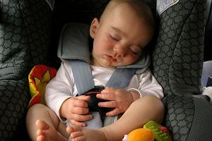 Co się dzieje z dzieckiem w rozgrzanym samochodzie? Polacy stworzyli kalkulator, który pomaga to sprawdzić