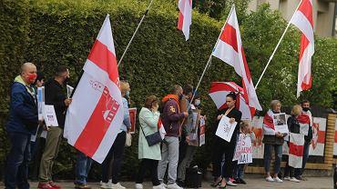 Akcja solidarności z Białorusinami przed białoruskim konsulatem w Białymstoku
