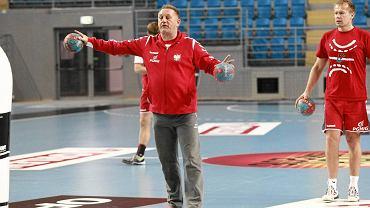 Trening reprezentacji Polski w piłce ręcznej w Orlen Arenie. Michael Biegler i Jacek Będzikowski (z prawej)