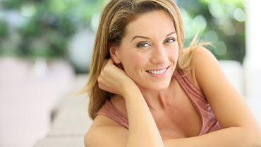 Odmładzający makijaż dla dojrzałych kobiet. Jak się malować, aby odjąć sobie lat i wyglądać młodziej? Najlepsze triki