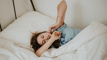 Masz problemy ze snem? Prawdopodobnie popełniasz te błędy. Sprawdź, czego unikać